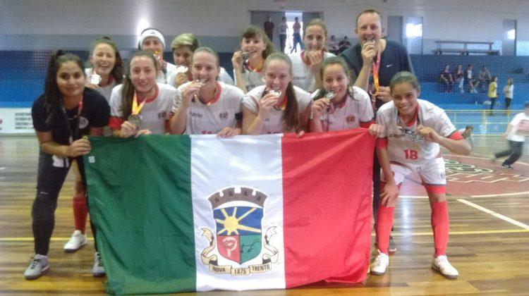 Equipe comemorando o inédito vice-campeonato. Foto: Divulgação